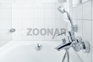 Helle weiße Badewanne mit Duschkopf im modernen Bad