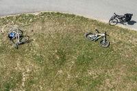 Fahrräder an einem Fahradweg von oben