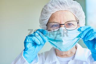 Arzt oder Pflegekraft mit Schutzkleidung bei Covid-19