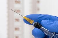 Impfung mit Serum gegen COVID-19 Coronavirus