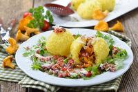 Kartoffelknödel mit Pfifferlingen