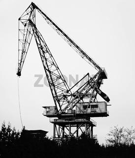 Schwarz-Weiß Foto eines alten Krans