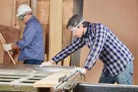 Schreiner sägt Holz mit Kreissäge