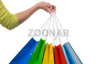 Eine junge Frau hält Einkaufstaschen fürs Shopping in der Hand