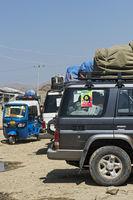 Beladene Geländewagen warten auf die Weiterfahrt in das Geothermalgebiet Dallol