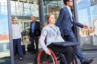 Behinderte Geschäftsfrau im Rollstuhl nach Tagung