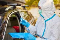 Coronavirus Test Abnahme in Teststation durch Containment Scout vom Gesundheitsamt