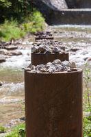Steine in Treibholzsperre