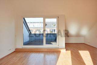 Balkon Dachterrasse und leerer Raum von Dachgeschosswohnung