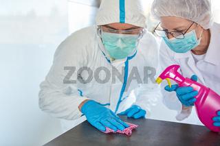 Reinigungskräfte bei Desinfektion von Klinik wegen Coronavirus
