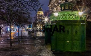 Berlin Gendarmenmarkt bei Nacht, Berliner Symbol 'Cafe Achteck / historisches Pissoir (Denkmalschutz