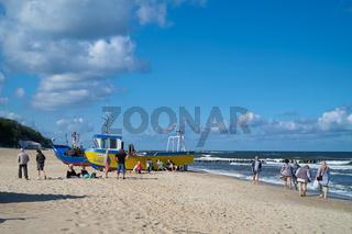 Urlauber und Fischerboote am Strand von Rewal