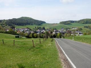 Blick auf Niederehe und das ehemalige Kloster in der Vulkaneifel