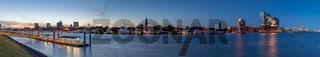 skyline Hamburg medium mit viel Himmel  Geladen Schutterstock 03.06.2020.jpg