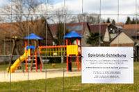 gesperrter Spielplatz zur Eindämmung der Corona Virus Corona Kriese Deutschland