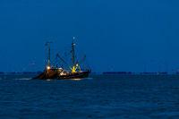 Krabbenkutter bei Nacht
