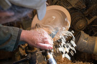 Herstellung einer Holzschale auf einer Drehmaschine in einer alten kleinen Werkstatt