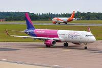 Wizzair UK Airbus A321 Flugzeug Flughafen London Luton