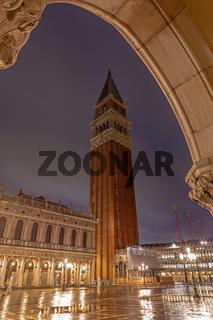 Campanile auf dem Markusplatz in Venedig bei Nacht