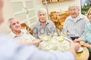Auf einer Feier im Altersheim oder beim Seniorentreff wird Weißwein serviert