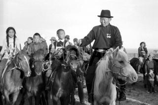 Lobpreisung des Pferdes, das am Naadamfest beim Rennen gesiegt hat, Foto von 1977