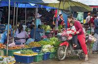 Drive-in Gemüseeinkauf mit dem Moped, Phosi Markt, Luang Prabang, Laos