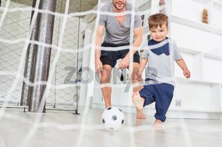 Vater und Sohn spielen zusammen Fußball