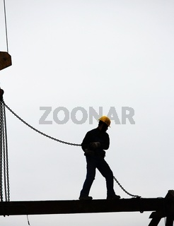 Bauarbeiter auf einem Stahlträger