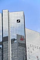 Deutsche Bank in Frankfurt mit Logo