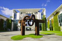 Skulptur vor Bundeskanzleramt, Berlin, Deutschland