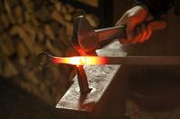 Hammer, Ambos und glühendes Werkstück