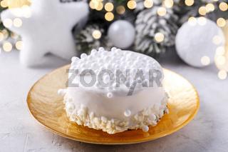 White chocolate Christmas cake