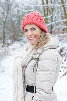 Frau geht im Winter spazieren
