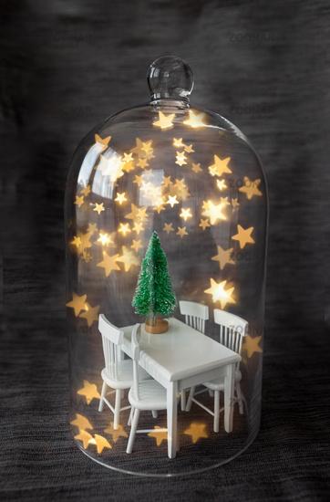Kleiner Weihnachtsbaum in Glasglocke