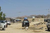 Strassenszene beladenem Geländewagen auf einer Naturpiste in der Wüstenstadt Berhale am Rand der Danakil Senke