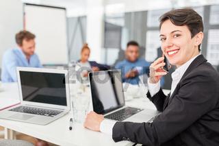 Lächelnde Geschäftsfrau mit Smartphone