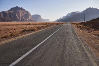 Leere Strasse in der Wüste