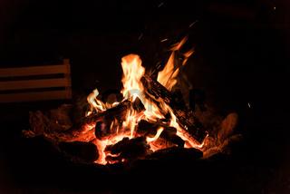 offenes Feuer - romantisches Lagerfeuer an einer Feuerstelle