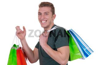 Junger Mann beim Shopping mit Einkaufstüten