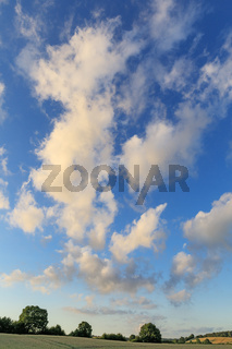 Blauer Himmel mit Wolken bei Sonnenuntergang
