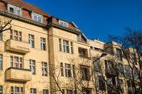 berlin, deutschland  - 09.04.2019 - sanierte alte häuserzeile in berlin friedrichshagen