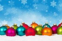 Weihnachten viele bunte Weihnachtskugeln Weihnachtskarte Karte Textfreiraum Copyspace Dekoration Schneeflocken Schnee Winter