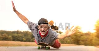 Verrückter Rentner auf Skateboard