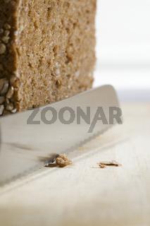 Messer und Brotkrümel