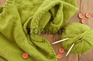 Selbst gestrickter Schal aus gruener Wolle