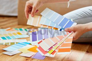 Wandfarbe aussuchen mit Farbfächer vor Renovierung