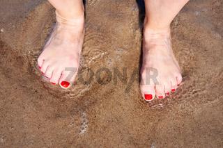 Füße im Wasser der Ostsee