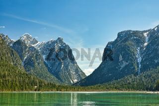 Der Toblacher See in Südtirol vor einem Bergpanorama