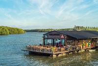 Der Fluss Krabi in in der gleichnamigen Stadt Krabi im Süden von Thailand
