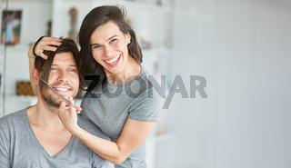Junges Paar macht Unfug mit langem Haar der Frau